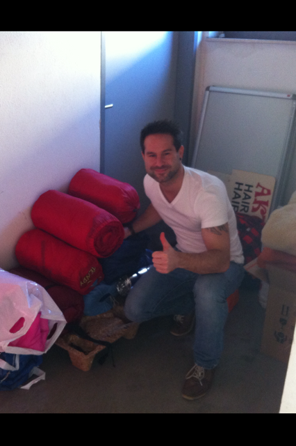 Über die Hilfsbereitschaft und die vielen Socken und Schläfsäcke freut sich Bernhard Müller (Foto: beigestellt.)