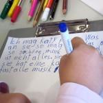 Mit bunten Stiften, viel Spaß und Einsatz entsteht die Kinderzeitung(Foto: Elfriede Bauer).